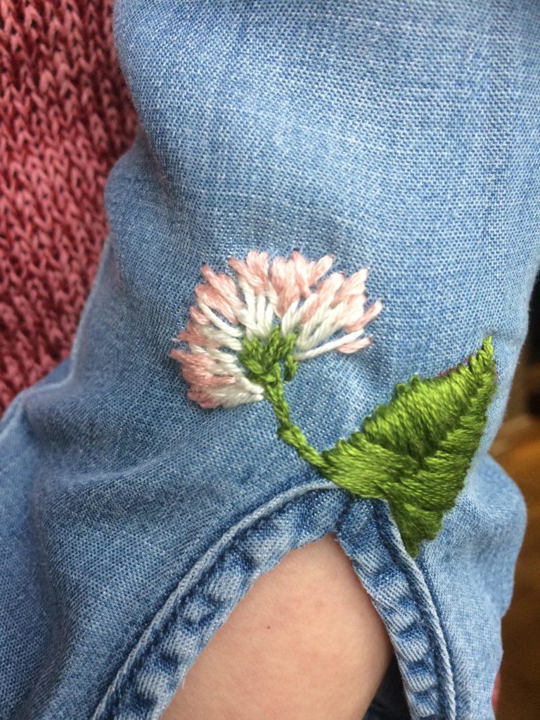 Gänseblümchen überdeckt den kleinen Riss